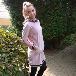 Plyšové šaty s ozdobnými lemy světle růžová
